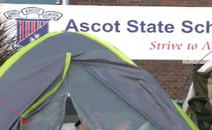 澳家长睡帐篷排队三天 为抢名校入学名额