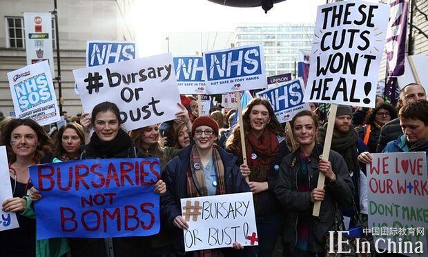 英国政府欲削减奖学金 伦敦护校学生游行抗议