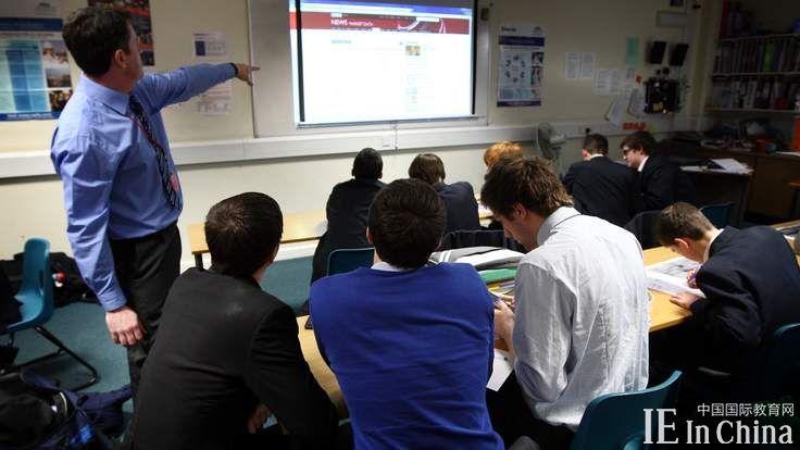英国教师不满低薪 教师离职率攀升