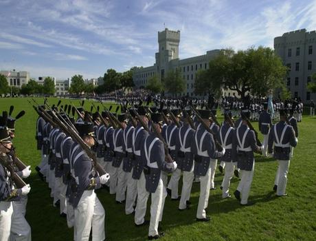 要塞军事学院一学生因穿着不得当被开除