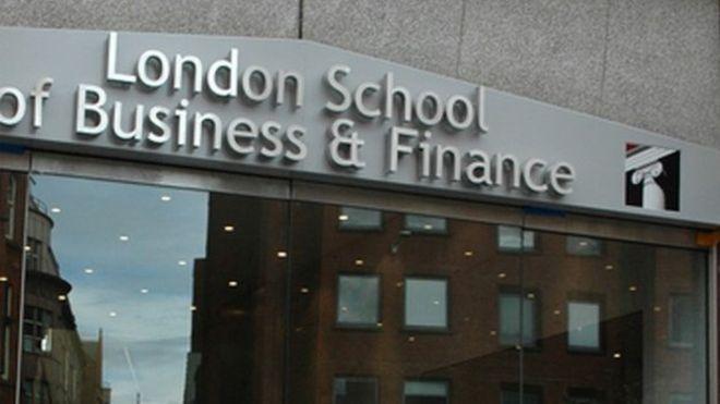 英国一学校取消招生资格 数百名留学生被迫离校