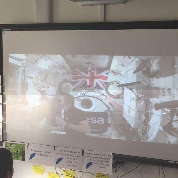 宇宙课堂:英国宇航员在太空中为小学生上课