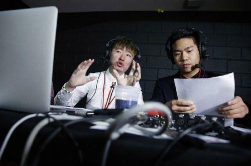 费城中国留学生用中文播报美大学篮球联赛