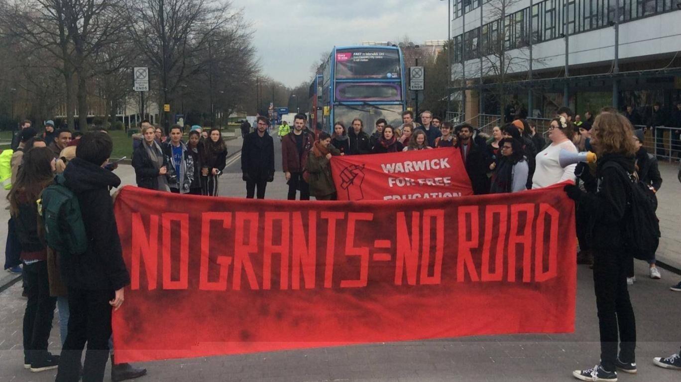英国华威大学学生校园示威游行 反对削减助学金