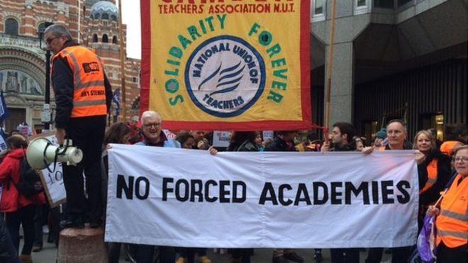 """英政府出台""""学院计划"""" 教师联合会集会抗议"""
