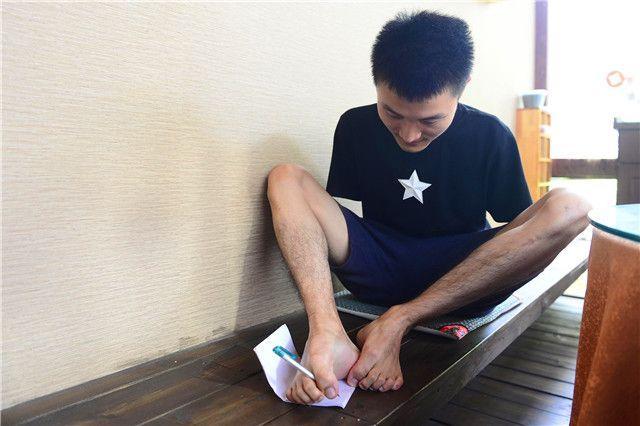 开挂了:无臂少年杨孟衡留学、结婚两不误