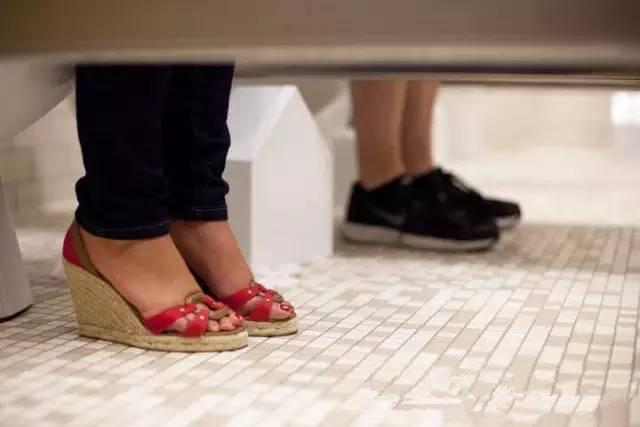 上外男女混浴引争议 美帝留学生却早已司空见惯