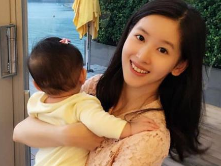 奶茶妹妹晒娃 和刘强东都曾在美国学习