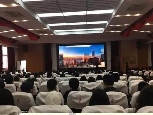 上海中学国际部11年级举行晨会课演讲活动