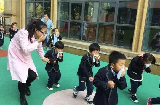 上海尚德幼儿园消防演习助孩子提高自救自护能力