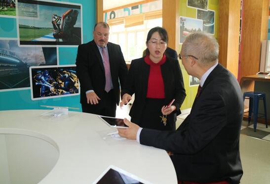 美国华盛顿中学校长访问上海新虹桥中学