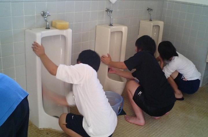 日本学校称让学生徒手洗厕所是为学生好 你怎么看?